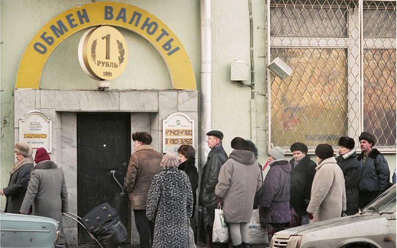 Pie valūtas maiņas punkta 90. gadu sākumā Maskavā.