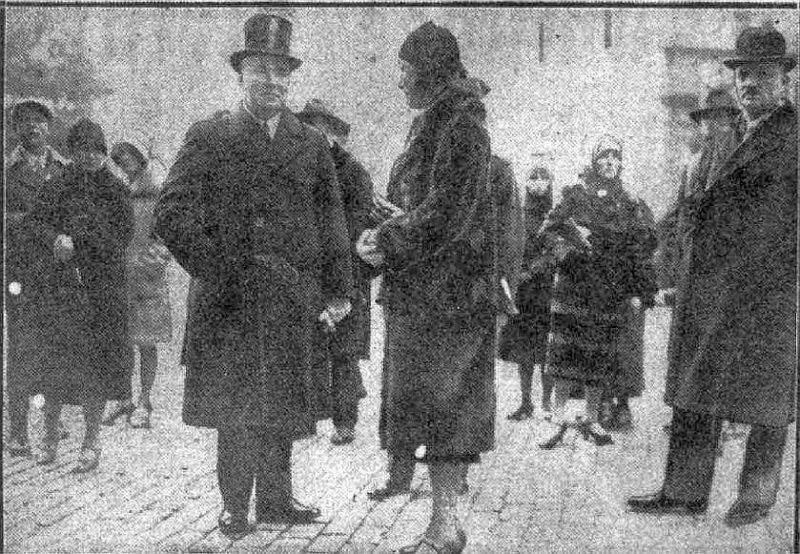 Valsts prezidents Alberts Kviesis ar kundzi pie Doma baznīcas.