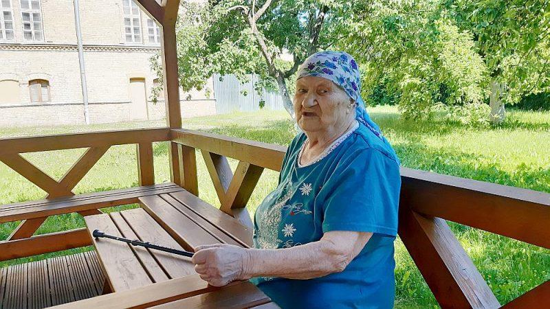 Anfisa Ļamzina Grebenščikova klosterdārza lapenē.