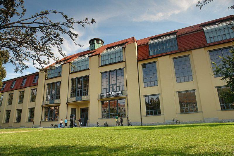 """Veimāras universitātes ēka – """"Bauhaus"""" kustības spilgts piemērs. Celta starp 1904. un 1911. gadu, 1996. gadā iekļauta UNESCO pasaules mantojuma sarakstā."""