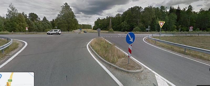 Riskantus manevrus krustojumā veic tie autovadītāji, kuri izbrauc uz Jelgavas šosejas no mazākajiem – Branku vai Ozolnieku – ceļiem.