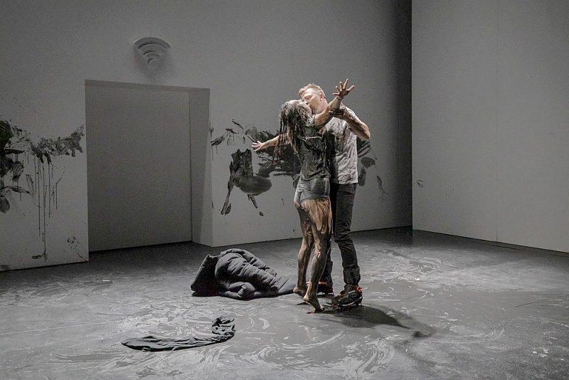 """Skats no Liepājas teātra izrādes """"Dēmōns"""" ar Aneti Berķi un Egonu Dombrovski galvenajās lomās."""