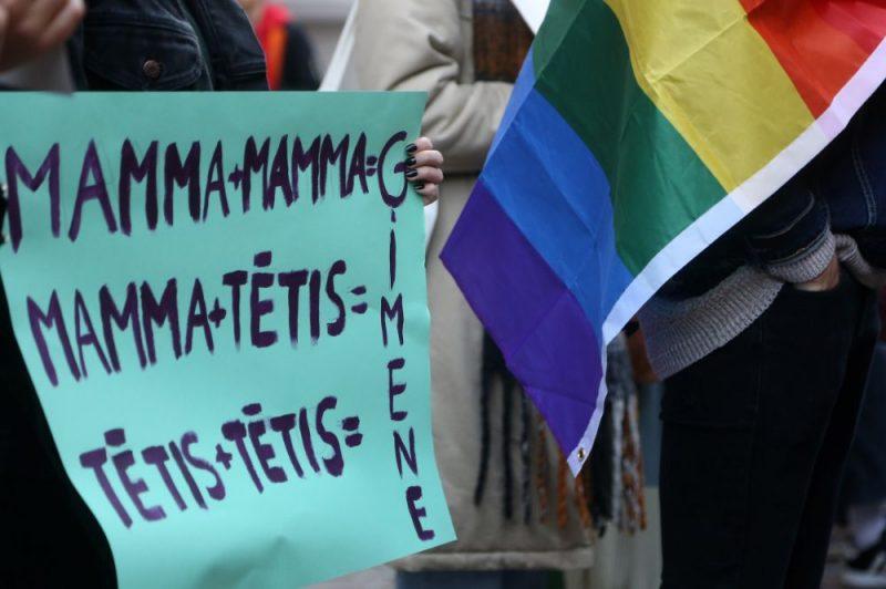 Ap 100 cilvēku pie Saeimas piketē par visu ģimeņu tiesisko aizsardzību
