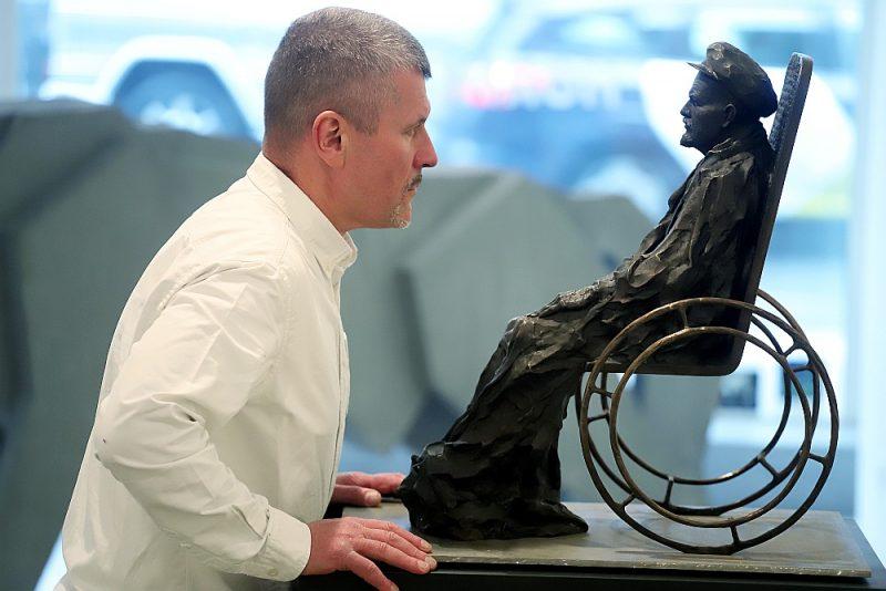 """Gļebs Panteļejevs: """"Ja māksla runā par mūžīgām lietām, tad tās nekad nav komfortablas."""" Attēlā redzams mākslinieka darbs """"Pantokrators"""", kurā sēdus atveidotais bronzas Leņins kā visvaldītājs spēlējas ar vērotāja skatienu un iespējamo nozīmi. Pretskatā tas redzams kā ikonogrāfisks Kristus tronī, profilā – kā nespējīgs cilvēks ratiņkrēslā."""