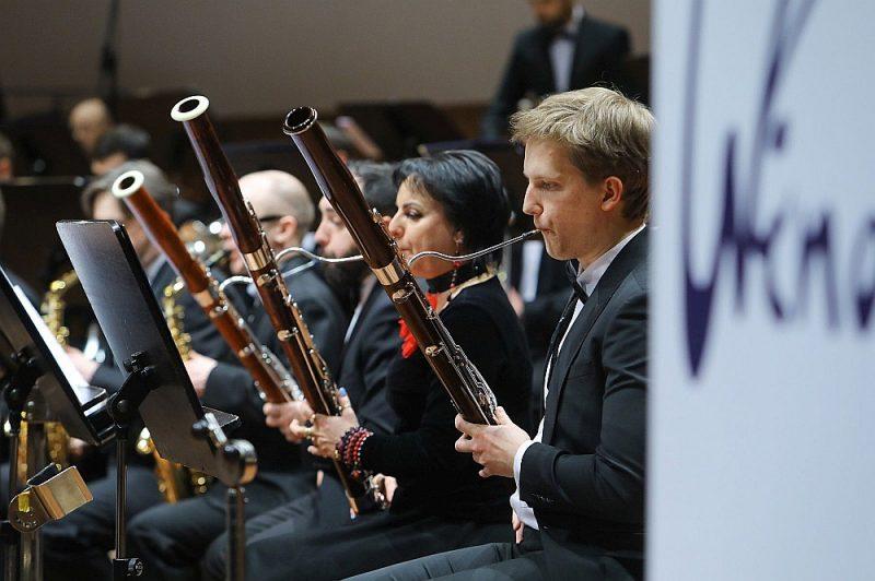 """Sezonas atklāšanas koncertā orķestra """"Rīga"""" skanējums izgaismojās daudzos izsmalcinātos un zaigojošos toņos."""