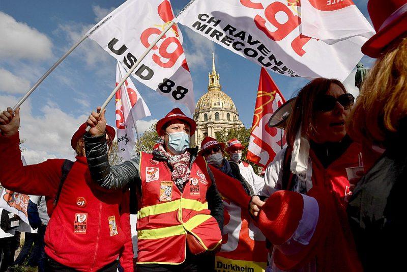 Parīzē pie Francijas Solidaritātes un veselības aprūpes ministrijas ēkas demonstrē veselības aprūpes arodbiedrību aktīvisti, prasot piešķirt vairāk līdzekļu slimnīcām koronavīrusa krīzes laikā.