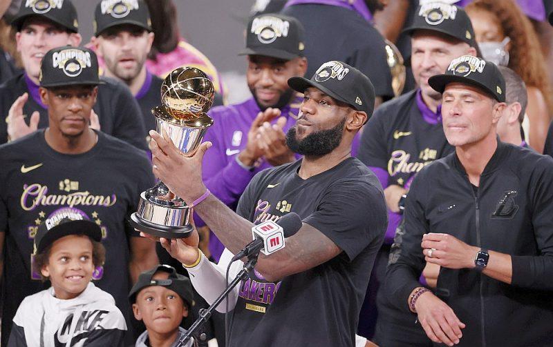 Lebrons Džeimss (ar kausu) ir viens no četriem spēlētājiem NBA vēsturē, kas par čempionu kļuvis trīs dažādu komandu sastāvos, bet atšķirībā no kolēģiem vienmēr spēlējis pirmo vijoli.