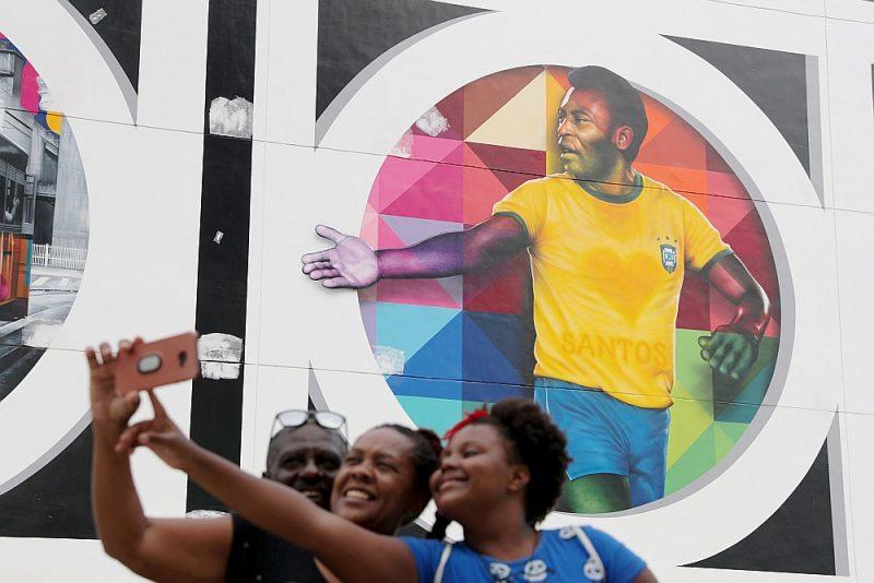 Par godu Pelē jubilejai Santusas pilsētā šonedēļ atklāta futbolistam veltīta sienas glezna.