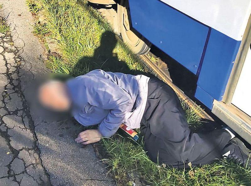 Tramvaju vadītāji stāsta, ka dažkārt bezpajumtnieki un dzērāji arī guļot zem tramvajiem.