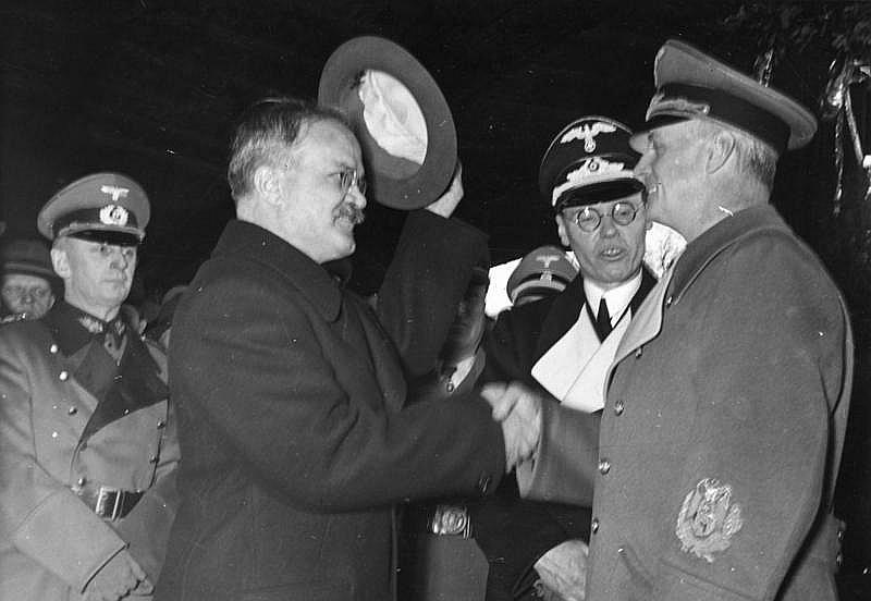 V. Molotovs atvadās no J. fon Ribentropa, pametot Berlīni 14. novembrī.
