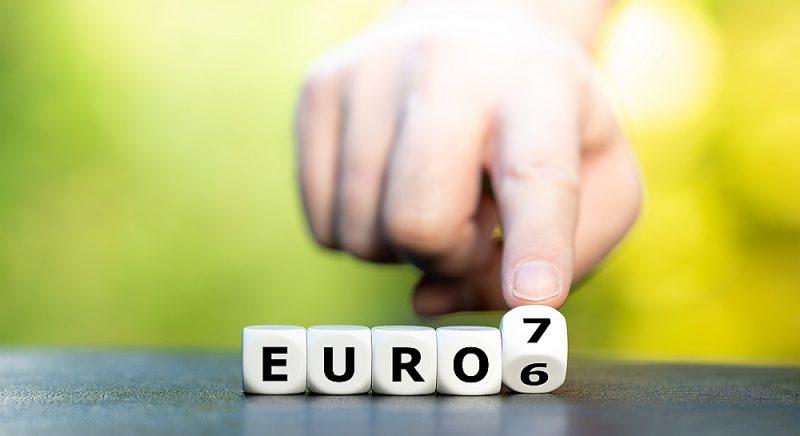 """""""Euro 7"""" vieglākais no variantiem paredzot samazināt CO2 emisijas par 66%, slāpekļa emisijas – uz pusi, bet cieto daļiņu emisijas – sešas reizes."""