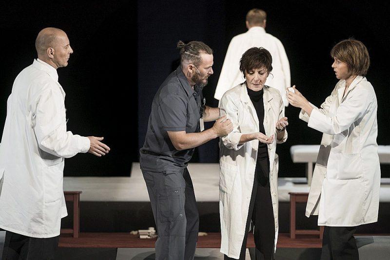 Pirmais, kas paliek atmiņā pēc noskatīšanās, ir aktrises Vitas Vārpiņas (centrā) izcilais tēlojums Rutes Vulfas lomā – itin kā pieklusināts, introverts, vienlaikus ārkārtīgi koncentrēts un precīzs aktierdarbs.