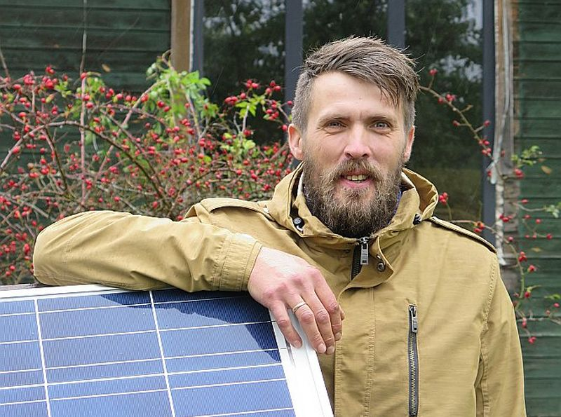 Sandis Behmanis mājas elektroapgādi nodrošina ar diviem saules paneļiem un ģeneratoru.