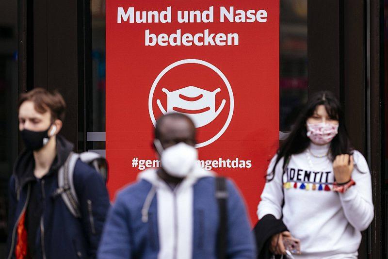 Diseldorfas stacijā plakāts aicina pilnīgi visiem uz ielas valkāt sejas maskas, šo normu Administratīvā tiesa pirmdien atcēla.