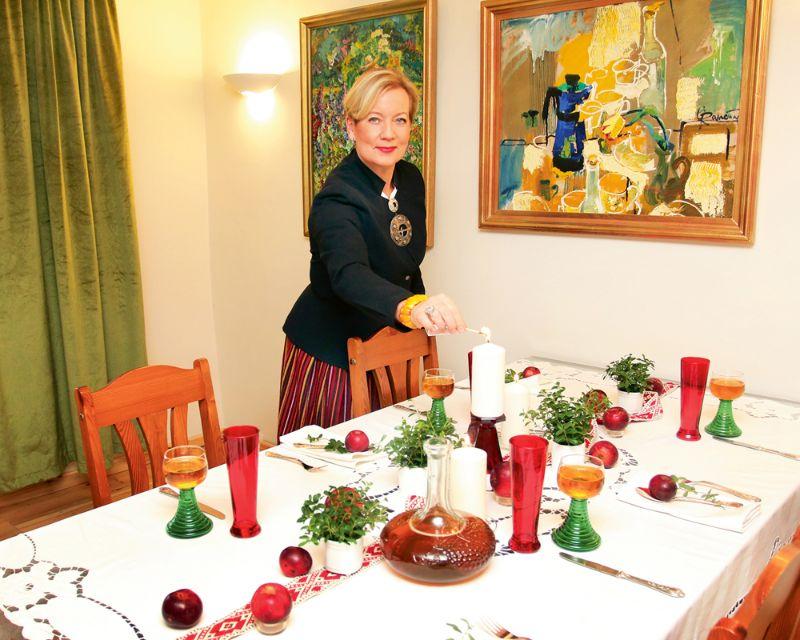 Brigitas Puriņas vecmamma bijusi liela rokdarbniece, un ar rozēm rišeljē tehnikā izšūtais galdauts, kas uz galda likts godos, mantots no viņas. Akcents valsts svētkos – tautiska josta uz galda.