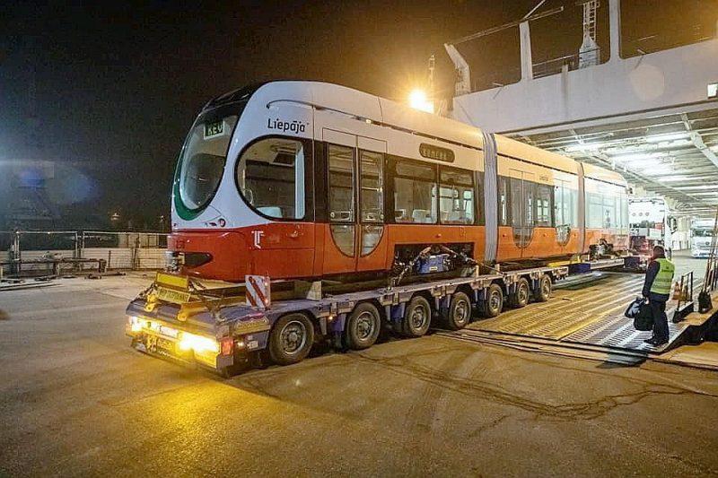 """Ar """"Stena line"""" prāmi uz Liepāju atvests pirmais Horvātijas rūpnīcā """"Končar – Electric Vehicles Inc."""" ražotais zemās grīdas tramvajs."""