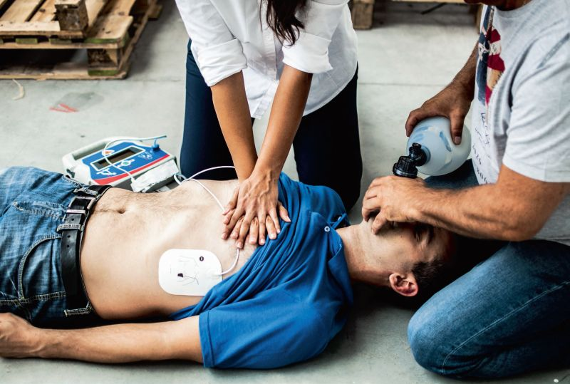 Šāda palīdzība, iespējams, būtu izglābusi jauna cilvēka dzīvību pērn kādā Pierīgas tenisa hallē, kur viņam bija apstājusies sirds, bet pirmo palīdzību neprata sniegt ne personāls, ne citi klātesošie, kā arī nebija iegādāts defibrilators.