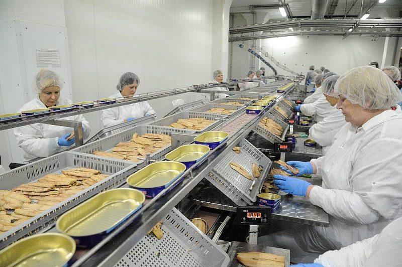 Pandēmijas dēļ aug pieprasījums pēc zivju konserviem, un pieprasījums esot tik liels, ka ne vienmēr to iespējams nodrošināt.