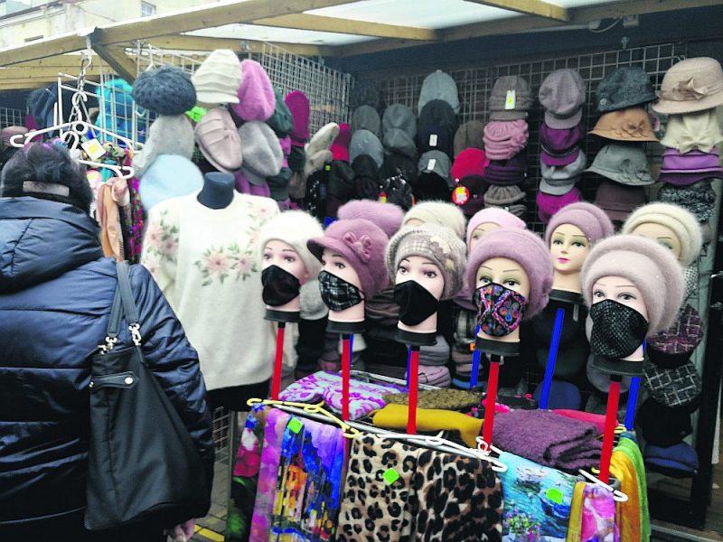 No šodienas visiem bērnudārzos strādājošajiem būs jānēsā sejas maskas. Skolās gan skolotājiem, gan skolēniem būs  jālieto sejas maskas no 4. janvāra. Publiskās iekštelpās, tajā skaitā darbavietās, visiem jālieto mutes un deguna aizsegi.