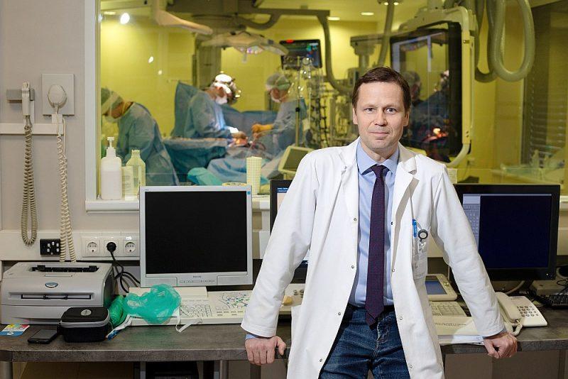 """Pēteris Stradiņš: """"Ļoti ceru, ka Covid-19 radītā krīze atvērs politiķiem acis un viņi iekustinās gadiem novārtā atstātos veselības aprūpes jautājumus, no kuriem svarīgākais ir mediķu trūkums."""""""