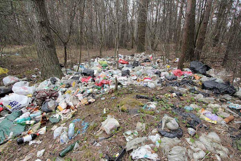Vietējiem iedzīvotājiem plastmasas atkritumus nav īsti kur likt, bet Latvijā izveidotie pārstrādes uzņēmumi pārstrādā lielākoties no ārvalstīm ievestās plastmasas drazas.