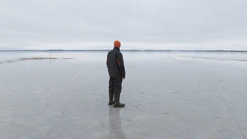 Pašvaldībai vajadzētu domāt nevis par to, kā iznīdēt dažus zvejniekus, bet kā tīrīt ezeru, uzskata zvejnieki.
