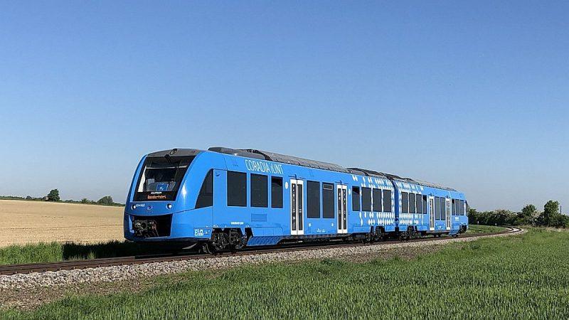 """Vai tādi varētu aizvietot dīzeļvilcienus? """"Alstom Coradia ILint"""" ir pirmais ar ūdeņradi darbināmais vilciens pasaulē, kas pērn izturēja testus Nīderlandē, desmit dienas kursējot 65 km distancē valsts ziemeļos."""