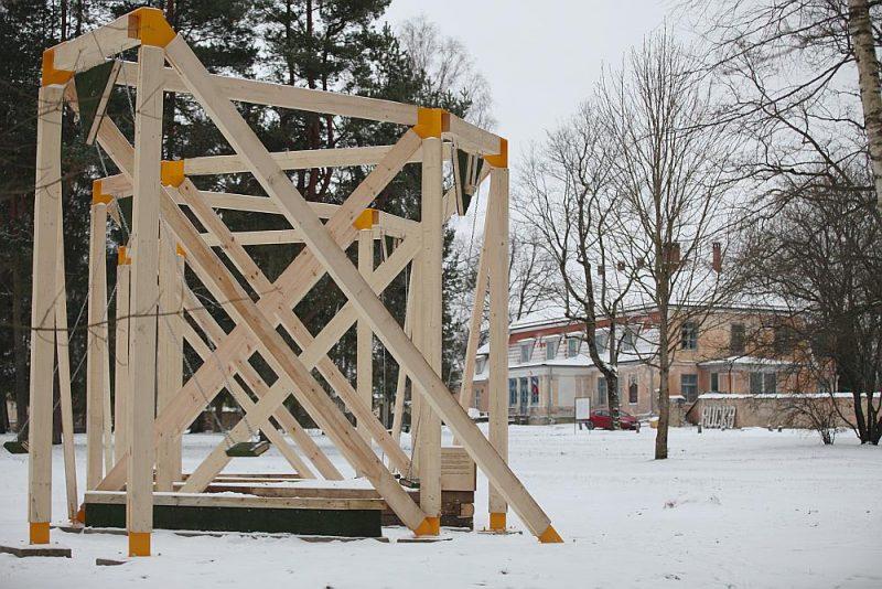 Ruckas muižas parkā slejas jauns vides objekts – šūpoles un soliņi, kuru būvniecībā izmantoti arī lietoti materiāli.