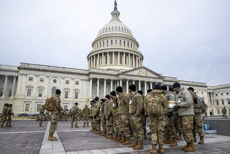 ASV Nacionālās gvardes karavīri no Ņujorkas pirmdien pie Kapitolija Vašingtonā. Džo Baidena inaugurācijas nodrošināšanai tiek mobilizēti gan policisti, gan nacionālie gvardi no kaimiņu štatiem.