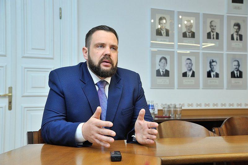 """Ekonomikas ministrs Jānis Vitenbergs: """"Tirdzniecības ierobežojumu radītās neērtības un aizkaitinājums ir saprotams, tomēr būtu vērts pamanīt arī to, ka, pateicoties ierobežojumiem, Latvijai izdevies nobremzēt straujo slimības skaita pieaugumu, mēs nenokļūsim tik smagā situācijā kā Lietuva."""""""