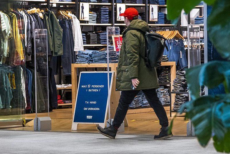 Zviedrijā var iepirkties, bet saskaņā ar jauno Pandēmijas likumu veikalā vienam cilvēkam jānodrošina 10 kvadrātmetri. Tāpēc pie katra veikala ir plāksne ar norādi, cik cilvēku vienlaikus drīkst tajā atrasties.