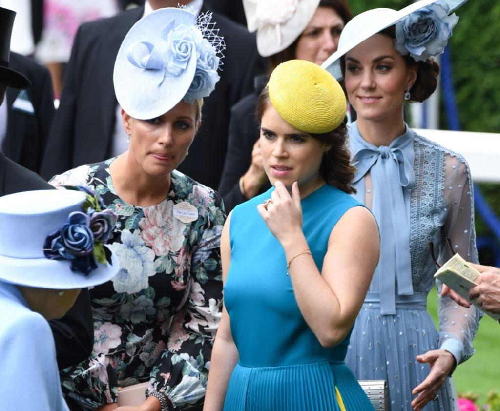 Princese Eiženija (centrā) ieklausās savas vecmāmiņas, karalienes Elizabetes II, stāstītajā.