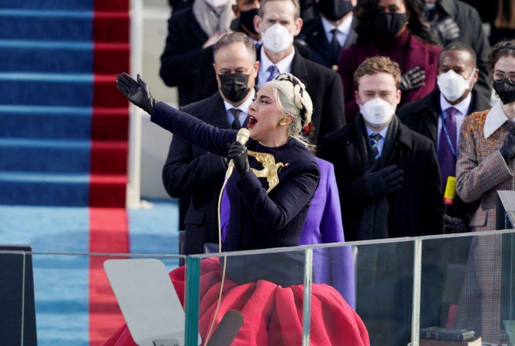 Lēdija Gāga uzstājas Džo Baidena inaugurācijas ceremonijā.