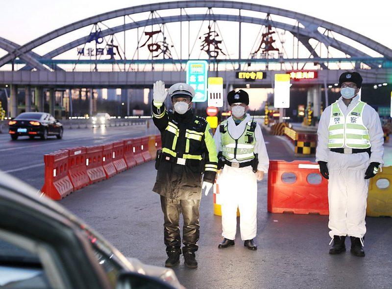 Policisti stingri kontrolē izbraukšanu no Hebei apgabala galvaspilsētas Pekinas tuvumā, kur reģistrēts Covid-19 uzliesmojums.