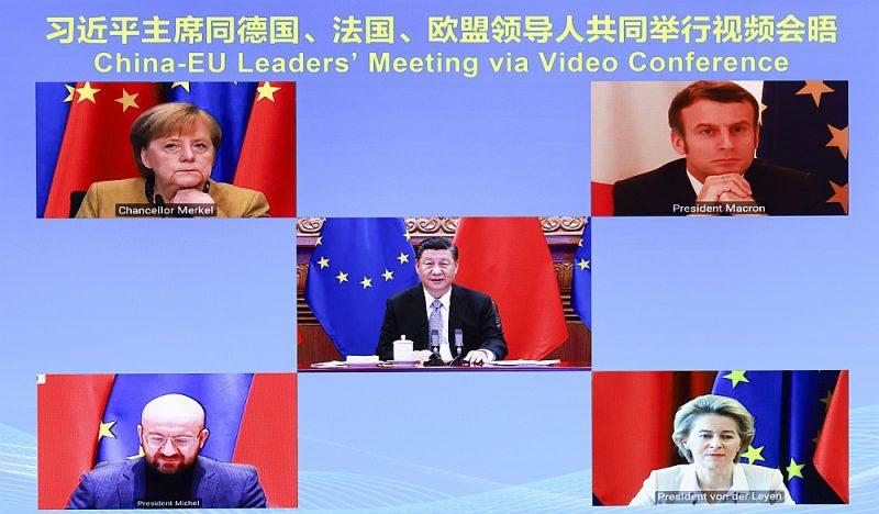 ES un Ķīnas vadītāju videokonference: centrā – Ķīnas prezidents Sji Dzjiņpins, augšā no kreisās – Vācijas kanclere Angela Merkele, Francijas prezidents Emanuels Makrons, Eiropadomes  prezidents Šarls Mišels, EK prezidente Urzula  fon der Leiena.
