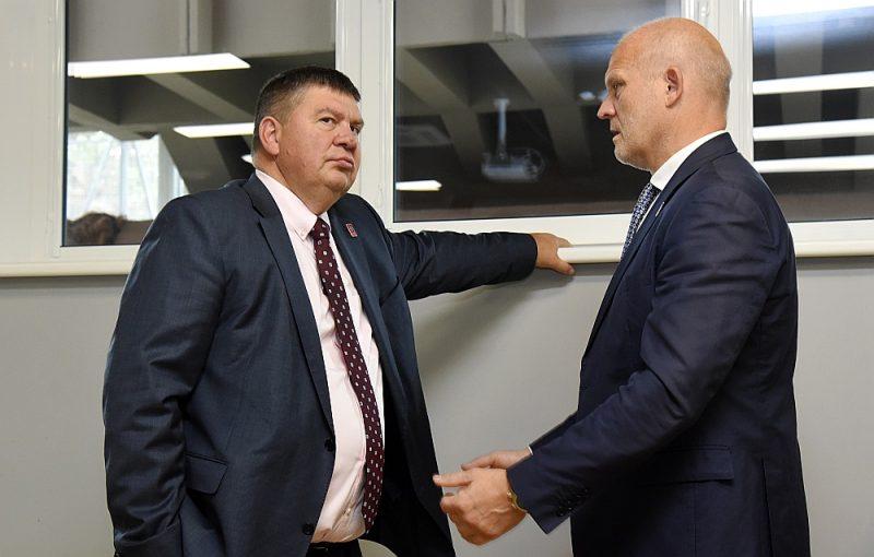 LHF vadītājiem Aigaram Kalvītim (no kreisās) un Viesturam Koziolam šonedēļ jāpārliecina IIHF priekšstāvji un Latvijas valdība, ka Rīgā var notikt pasaules čempionāts ar 16 komandu dalību.