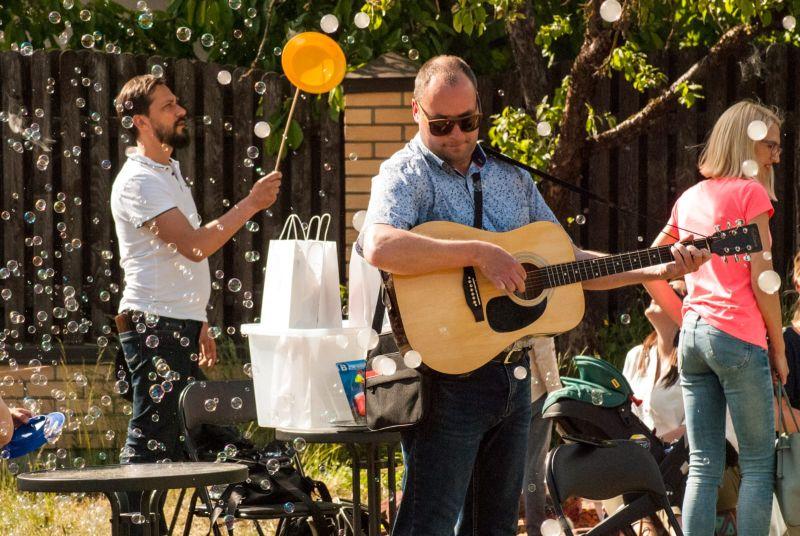 Alekseja sabiedrotā ir arī ģitāra, un bieži viņš savus viesus un draugus izklaidē ar jauku ģitārspēli.