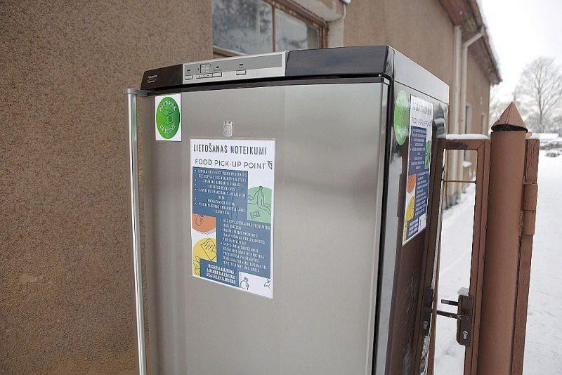 """Kopš 8. februāra Jelgavā, Stacijas ielā 18, darbojas """"Food pick up point"""" bezmaksas pārtikas apmaiņas punkts."""