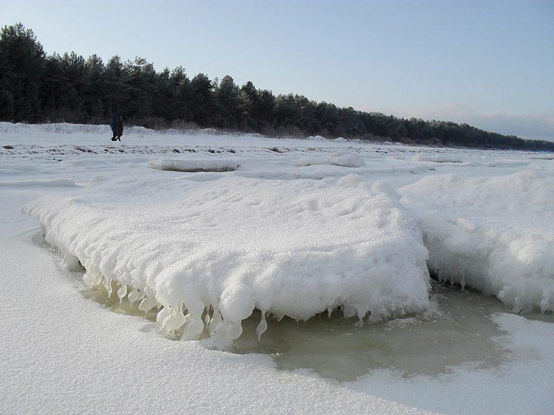 Lai arī Kurzemē sniegs gandrīz ir nokusis, tas kādu laiku vēl būs apskatāms jūras krastā.