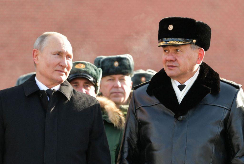 Krievijas prezidents Vladimirs Putins (no kreisās) un Krievijas Aizsardzības ministrs Sergejs Šoigu.