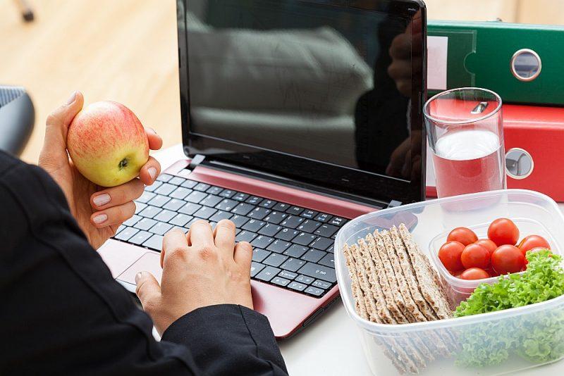 Strādājot pie datora, rokas stiepiena attālumā vajag nolikt glāzi ar ūdeni un ik pēc laika  padzerties.