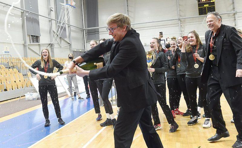 """Andrejs Odinokovs (priekšplānā) un """"Rīgas Volejbola skolas/LU"""" sieviešu komanda priecājas par dramatisko uzvaru Latvijas Superkausā."""