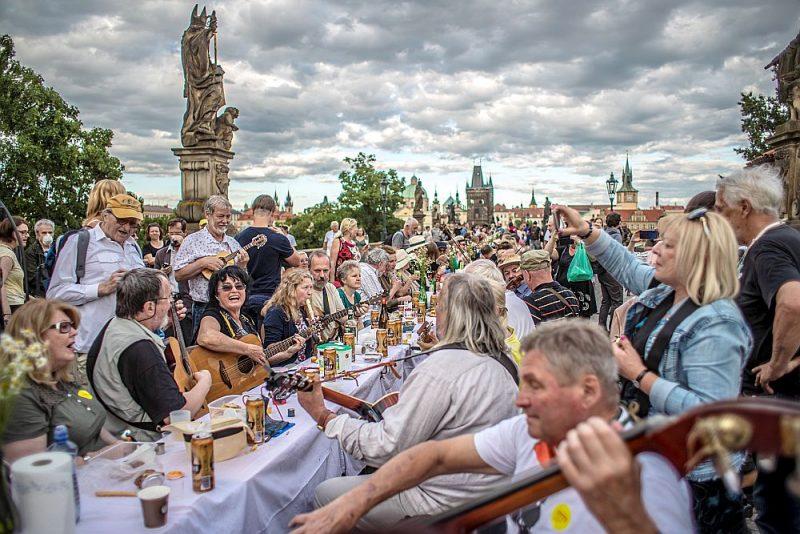 Pagājušā gada 30. jūnijā uz Kārļa tilta Prāgā tika sarīkota simboliska Covid-19 atvadu  ballīte. Prieki izrādījās pāragri.