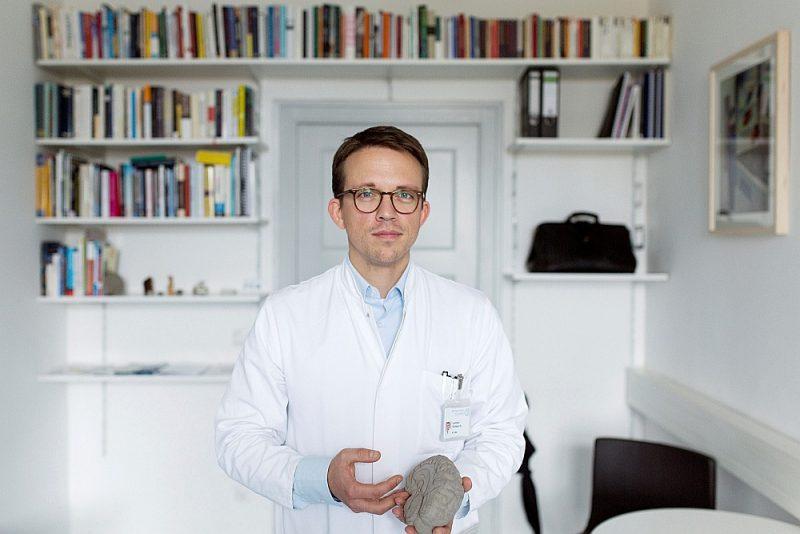 """Diseldorfas psihosomatikas slimnīcas """"LVR-Klinikum"""" profesors Leonhards Šilbahs izveidojis vienkāršu pašpalīdzības plānu, kā organizēt savu ikdienu, dzīvojot mājās."""
