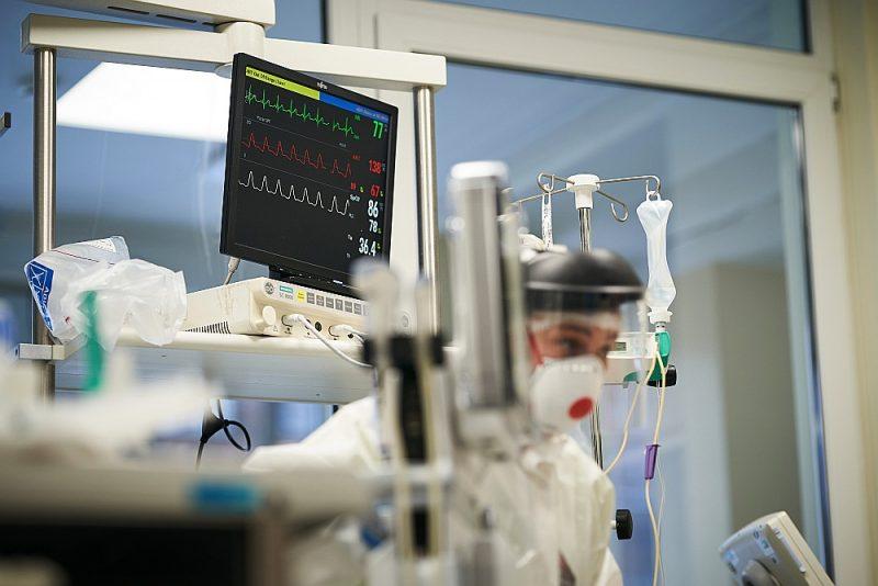 Paula Stradiņa klīniskās universitātes slimnīcas mediķi Covid-19 pacientu nodaļā.