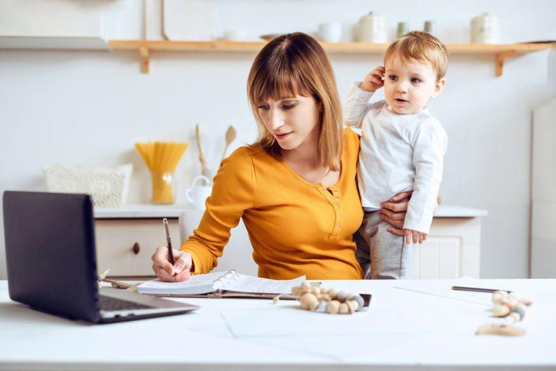 Jau pirms pandēmijas pētījumi rādīja, ka sievietes mājas pienākumiem velta daudz vairāk laika nekā vīrieši, un tagad tas ir dubultojies. Tas viss veido milzīgu slogu. Tas ir neredzams, neatalgots darbs, par kuru tiek runāts pārāk maz.