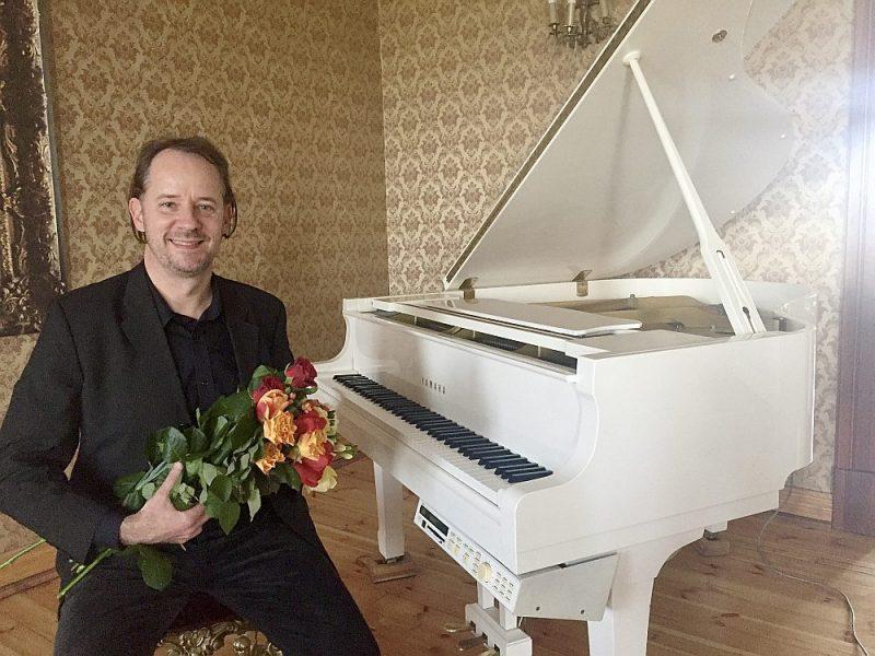 Latviešu izcelsmes brazīliešu pianists Paolo Šteinbergs pēc koncerta Bruknas muižā 2017. gadā.